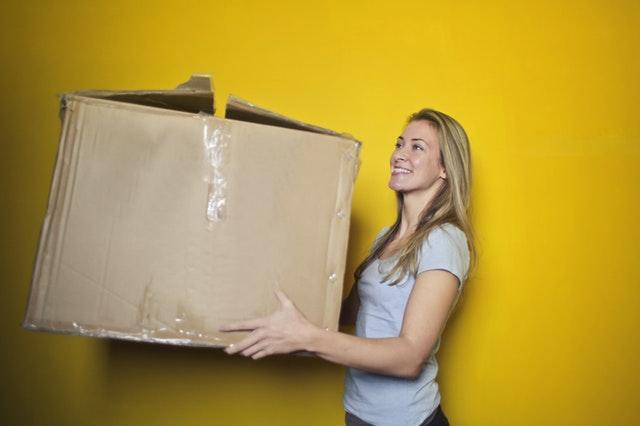 femeie ce pregateste cutiile pentru impachetare